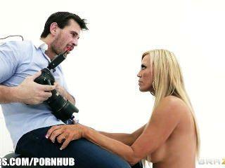 Milf Rubia Divorciada Decide Probar El Modelado Desnudo