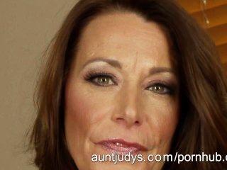 Milf Mimi Moore Se Masturba En Su Cama
