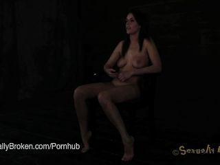 Annika Albrite Follada En Esclavitud Con Abrazaderas De Pezón