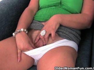 Busty Mamá Madura En Bragas Blancas Y Pantyhose Se Masturba