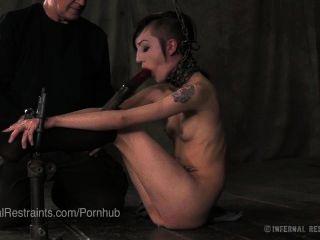Punk Adolescente Atado Y Pies Torturados
