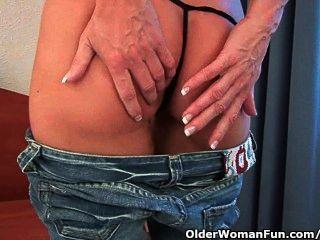 Abuela Sensual Examina Su Viejo Coño Con Un Consolador