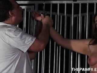 Esclavo Aficionado Alto En Bdsm Extremo Y Tortura Viciosa Del Gatito Por El Maestro Malvado