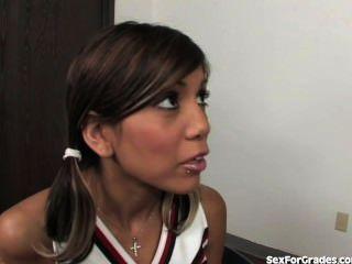 Tight Asian Cheerleader Obtiene Coño Rocked By Teacher
