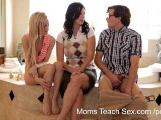 Las Mamás Enseñan El Sexo Que él Consigue Finalmente Coger A Su Madrastra!