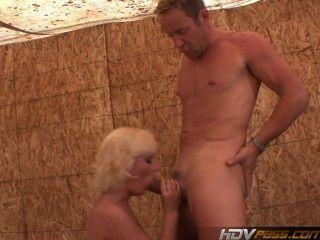 Hdvpass Dirty Blonde Kelly Surfista Chupa A Un Policía En El Lote De Espalda