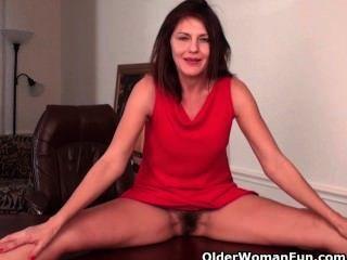 Sexy Milf Con Grandes Tetas Trabaja Su Coño Peludo