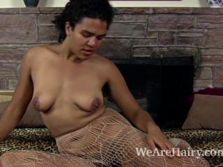 Yonique Stripping Para La Diversión Peluda Junto A La Chimenea
