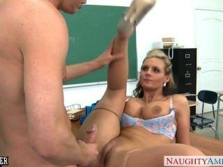 Busty Babe Phoenix Marie Obtiene Culo Jodido En El Aula