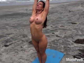 Fitness Pro Hace Yoga Desnudo En La Playa