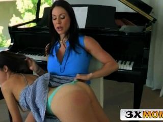 Mamá Tit Grande Castiga A La Hija De Su Novio 3xmom.com