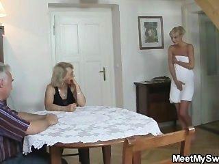 El Hombre Atrapó A Su Novia Con Su Mamá Y Papá Mayores
