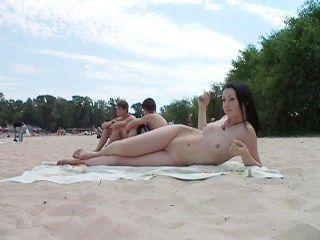 Jóvenes Amigos Nudistas Desnudos Juntos En La Playa