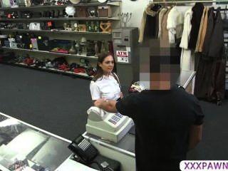 Travieso Asistente De Vuelo Necesita Dinero Y Peones Su Coño De Efectivo Duro