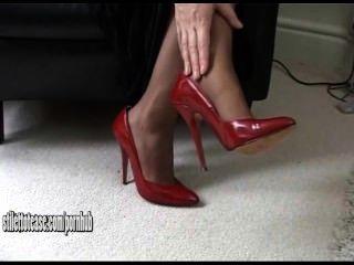 Rubia Joven Caliente Que Usa Los Zapatos Sexuales Y Muy Eróticos Del Alto Talón