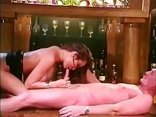 Kira Kener Tiene Sexo En La Barra