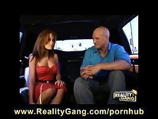 Trenzado Grande Tit Redhead Milf Se Folla Una Polla Dura En La Parte De Atrás De La Limusina