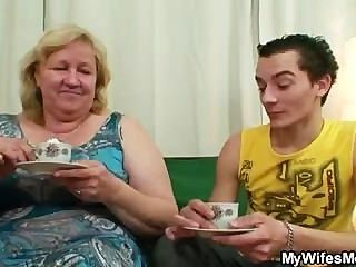 Enorme Abuela Es Golpeado Por Su Hijo En La Ley