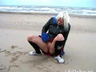 Chorreando A La Chica De La Playa En La Desnudez Pública Adolescente Rubia Y Coño Flashin