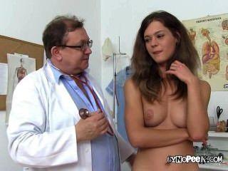 Chica Rubia Verónica Para El Examen Médico Desnudo