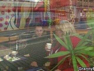 Abuela Enorme Es Recogido En El Café