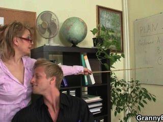 Señora De La Oficina Folla A Su Empleado