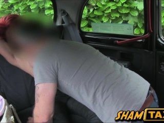 Pelirroja Caliente Bebé Con Grandes Tetas Follada En Asiento Trasero De Un Taxi Coche