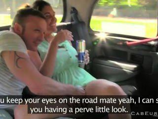 Conductor De Taxi Folla Esposa Con Su Marido En Su Taxi