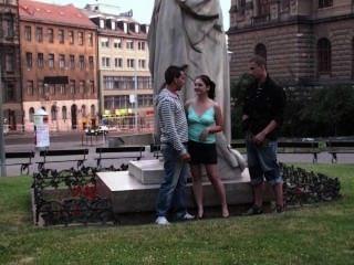 Grupo De Adolescentes Sexo Callejero Público Por Una Famosa Parte De La Estatua 1
