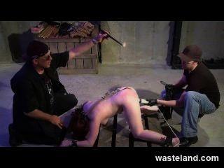 Maestro De Bdsm Entrena Aprendiz De Mazmorra Cómo Flog Y Tormento Sexual Chica