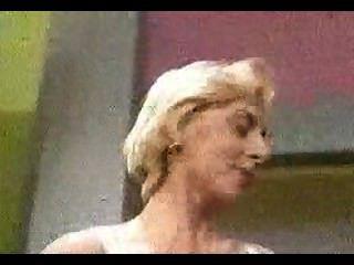 Rubia Desnuda En Un Programa De Televisión