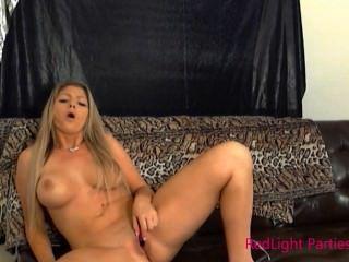 Red Light Girl Brianna Brooks Haciendo Ella Misma Cum Con Un Toque De Labios Vibe