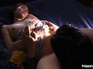 Chicas Japonesas Encantan A La Mujer Madura Lujuriosa En Living Room.avi