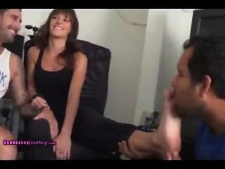 Dommemakes_out_w_boyfriend_while_cuckold_worships_her_feet