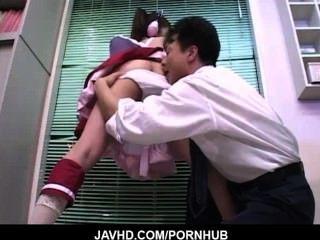 Sirvienta Japonesa Sirve A La Casa De Huéspedes