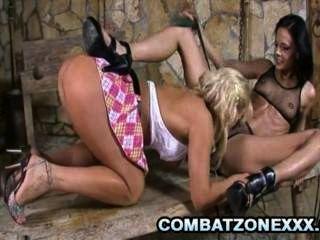 Britney Busty Blondie Tener Un Apasionado Lesbiana Sexo Con Un Amigo