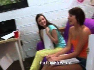 Grupo De Chicas De Colegio Chupar Una Polla