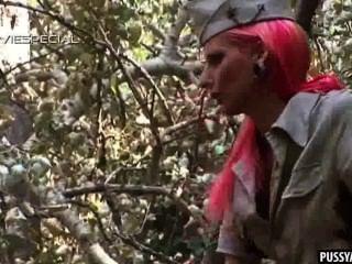 Rosa Aficionado Nena Chupa Una Polla Dura Al Aire Libre