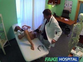 Falsa Hospital Caliente Enfermera Llantas Su Camino A Un Aumento