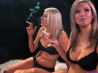 Dos Hermanas Rubias Fumando