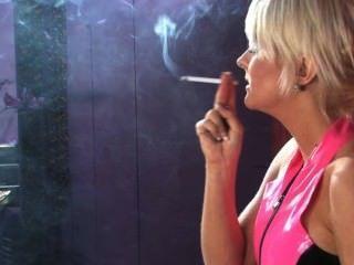 Simone Toon Smoking