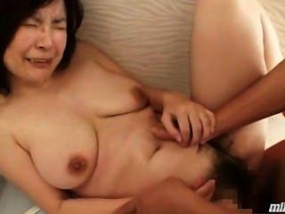 Mujer Madura Obtener Su Coño Peludo Follada Cum Al Cuerpo En El Suelo En El