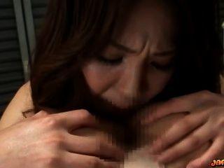 Busty Asiática Chica Obtener Su Culo Lamió Y Dedos En La Cama