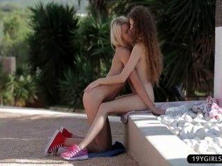 Adolescentes Lesbianas Amantes De Coño Jugar Y Los Dedos En El Parque Público