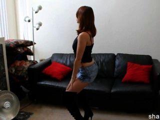Short Jean Skirt Babe Stripping Desnudo Y Bailando A Algunas Melodías