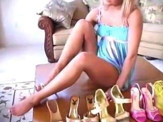 Gigi Mostrarle Su Colección De Zapatos Y Inserta Talón En Heelslovers Gatito @ Por