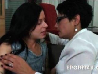 Caliente Mamá Follando Y Lamiendo A Su Hija Cachonda