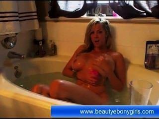 Hermosa Rubia En El Cuarto De Baño