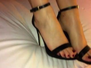 Shoejob Cum En Sus Pies Y Tacones Negros Strappy