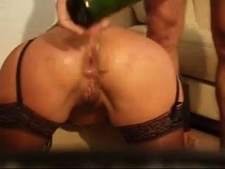 Fisting Anal Loco Con La Mano Y La Botella De Vino Y él Saca En Su Culo